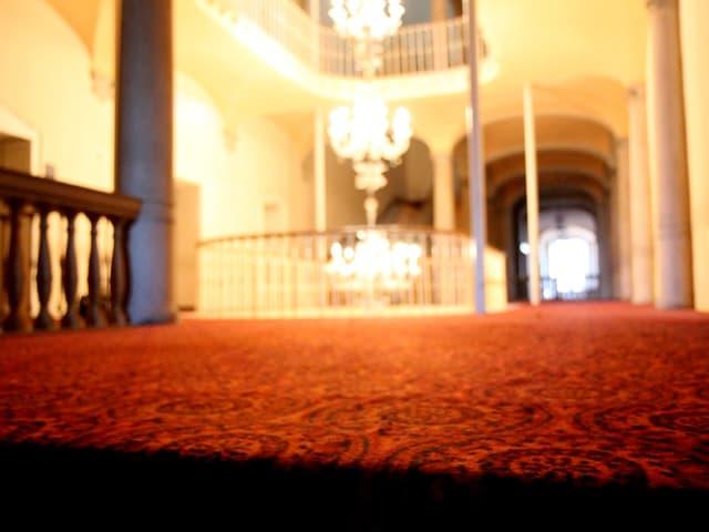 Roter Teppich im Treppenhaus