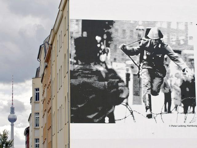 Foto des Fotos Sprung in die Freiheit an einer Hauswand in Berlin