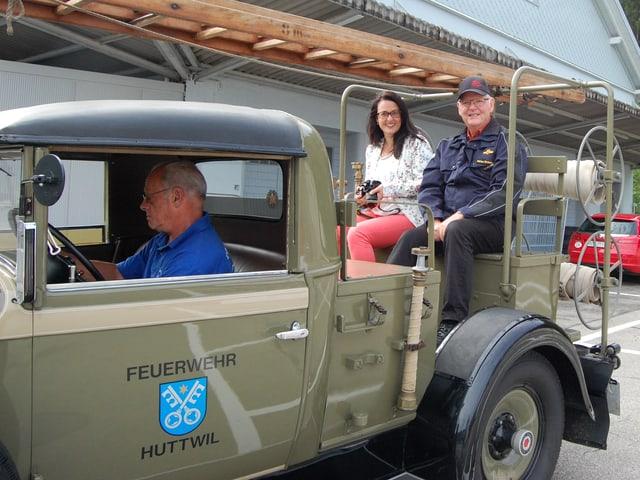 Statthalter Markus Grossenbacher und seine Nachfolgerin Claudia Rindlisbacher auf dem 1931er-Packard der Feuerwehr Huttwil.