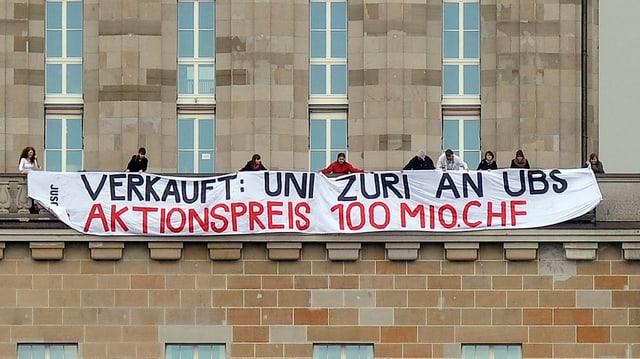 Ein Transparent der Juso gegen den Verkauf der Wissenschaft an die UBS.