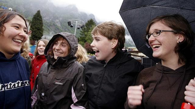 Giuvenils dal chantun da Glaruna che sa legran da la decisiun dal cumin che ha ditg gea il 2007 al dretg da votar ed eleger.
