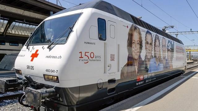SBB-Lokomotive mit Werbung für das Schweizerische Rote Kreuz.