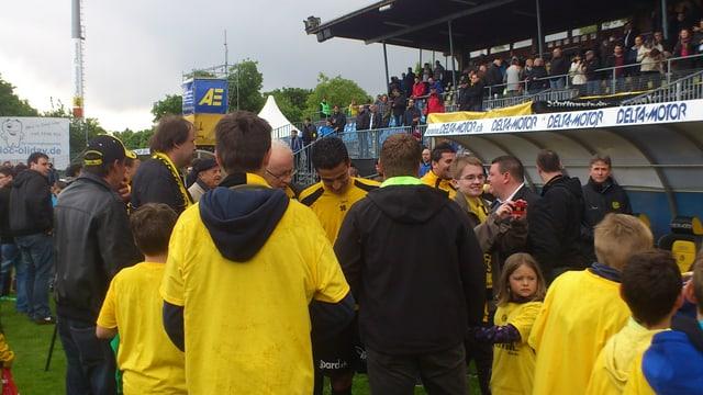 FCS Spieler Antonio Dos Santos wird von Fans bestürmt.