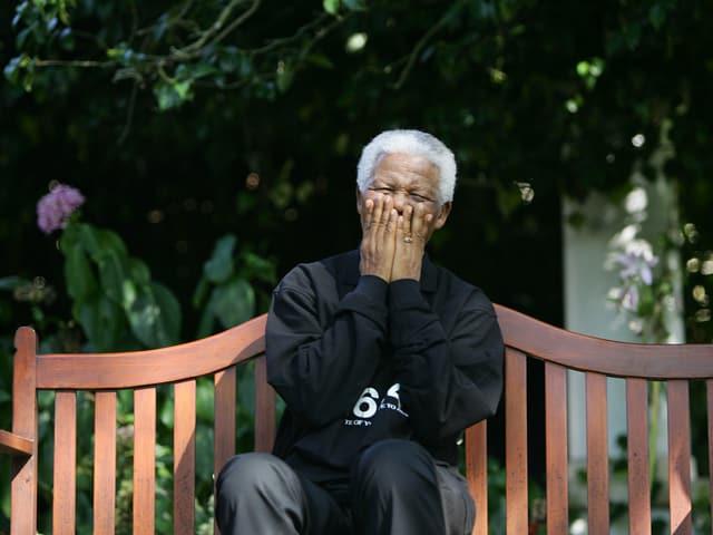 Lachender Mandela auf einer Gartenbank, 2005