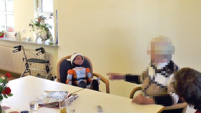 Ein Roboter in einem Heim für Demenzkranke.