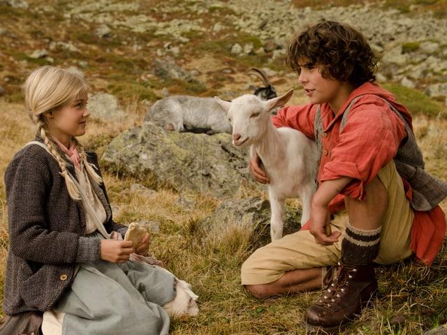 Seraina (Julia Jeker) plaudert auf der Alp mit Uorsin (Jonas Kaufmann).