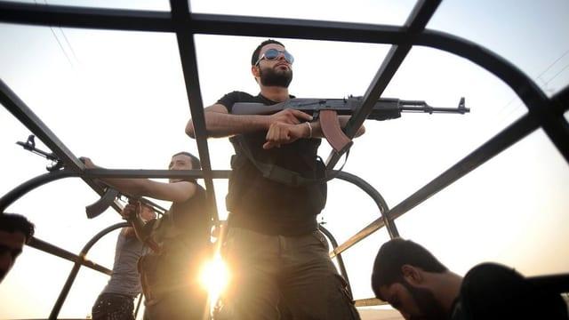 Gruppa da rebels armada en la Siria.