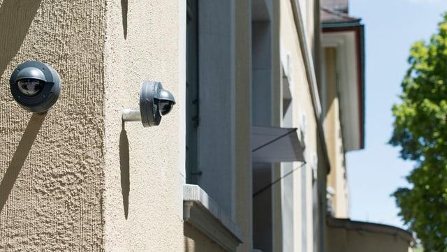 Kameras an einem Mehrfamilienhaus.