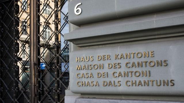 Haus der Kantone: Fassade des Sandsteinhauses in Bern.