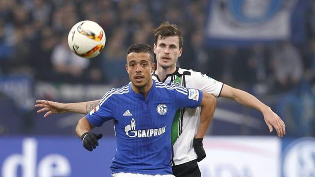 Zweikampf zwischen Schalkes Di Santo und Gladbachs Nordveit.