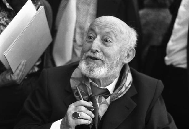 Alois Carigiet (1902-1985), der Illustrator des Schellen-Ursli, signiert im November 1977 an der Jubiläums-Ausstellung zu seinem 75. Geburtstag in Pfäffikon SZ seine Bücher.