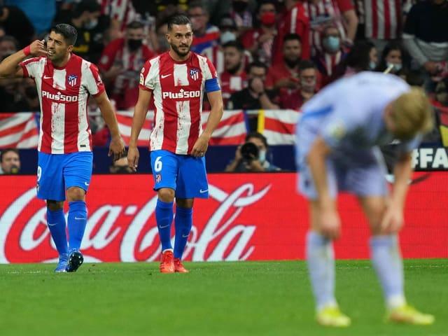 Luis Suarez (links) feiert seinen Treffer gegen seine ehemaligen Teamkollegen.