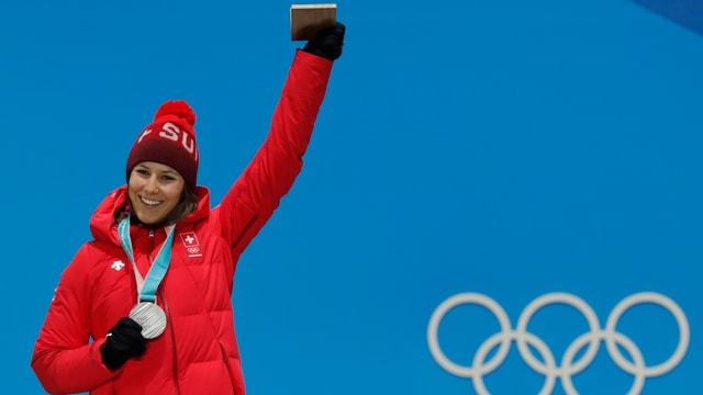 Holdener freut sich über ihre Silbermedaille.