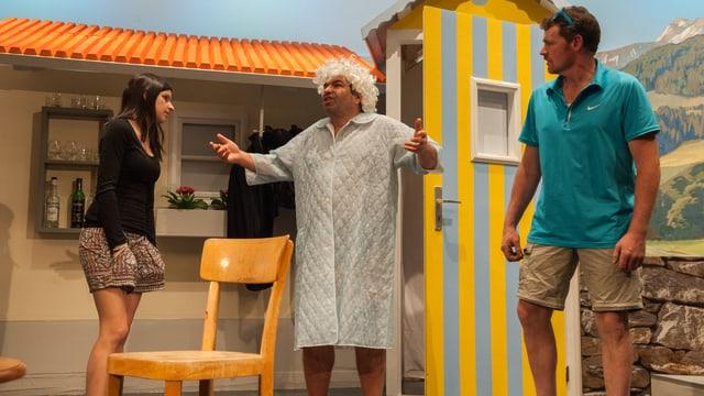 Per Edi n'han las vacanzas dentant betg cumenzà bain. Suenter ch'el è crudà en il pool hai resti da dunnas.
