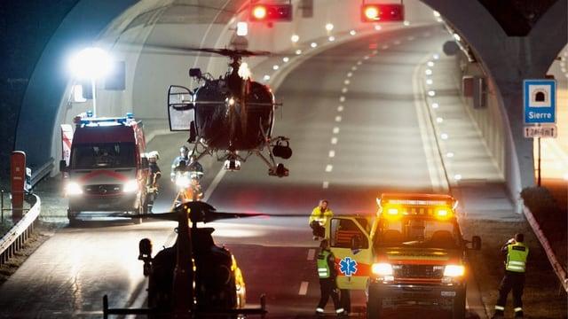 Helikopter, Ambulanzen, Ampelanlagen vor dem Tunnel. Von Swiss Press Photo 2013 preisgekröntes Bild von Laurent Gillieron.