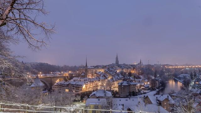 Blick von Osten auf die weissen Dächer von Bern.