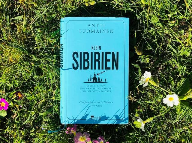 Antti Tuomainens Roman «Klein-Sibirien» liegt auf Gras