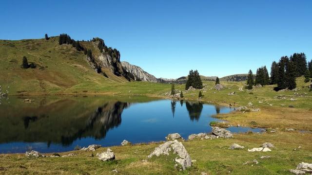 Blauer See, blauer Himmel: Perfektes Bergwetter am Seebergsee im Diemtigtal.