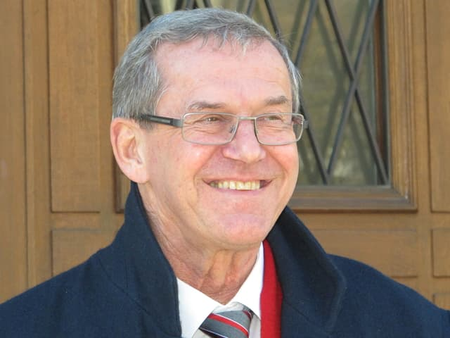Regierungsrat Robert Marti vor dem Glarner Rathaus.