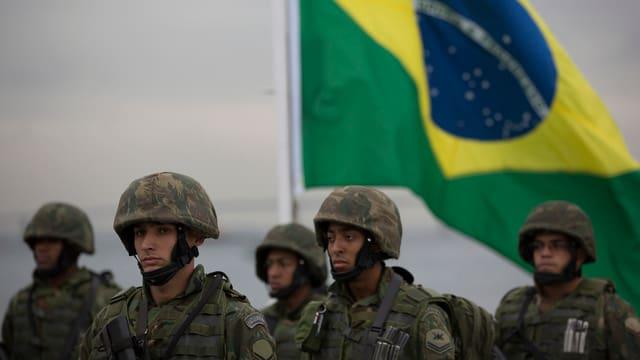 Brasilianische Armee trainiert für die Sicherheit an den Olympischen Spielen in Rio.