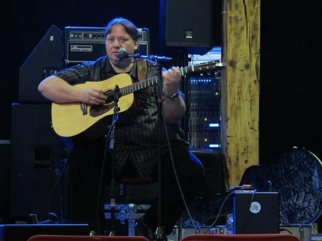 Uwe Krüger spielt seine Gitarre.