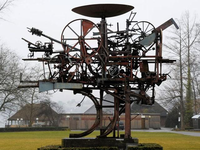 Die Figur Heureka besteht ist eine wilde Metallkonstruktion mit verschiedenen Rädern und Hebeln.
