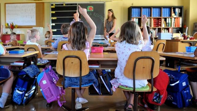 Schüler und Lehrer in einem Klassenraum.