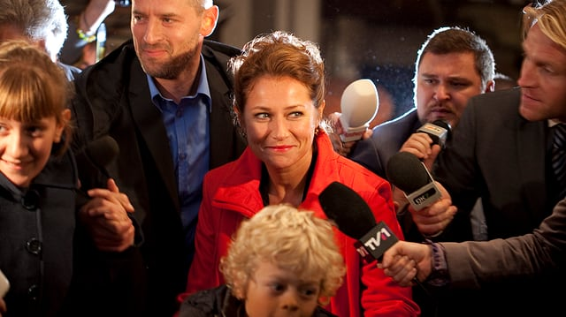 Birgitte Nyborg umringt von Journalisten