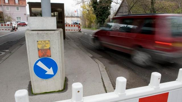 Schweizer Zoll an Burgfelder-Grenze, Auto fährt durch