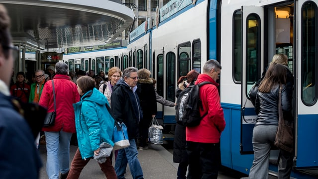 Personen steigen in ein Tram