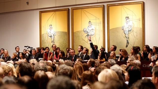 Auktionäre vor dem Werk «Three Studies of Lucian Freud» in New York.