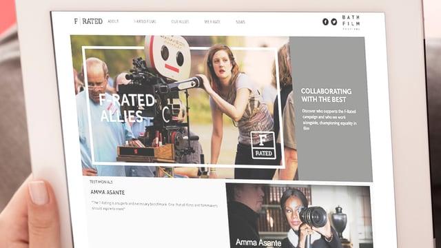 Auf einem Tablet-Bildschirm ist Drew Barrymore an einer FIlmkamera zu sehen.