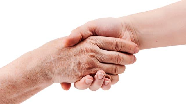 Alte Hand und junge Hand.