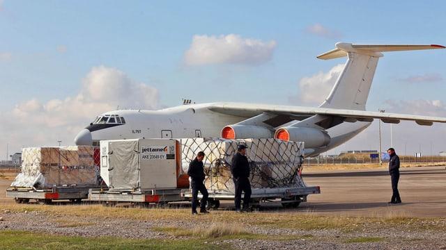 Hilfsgüter auf dem Rollfeld stehen bereit, um in ein Flugzeug eingeladen zu werden.