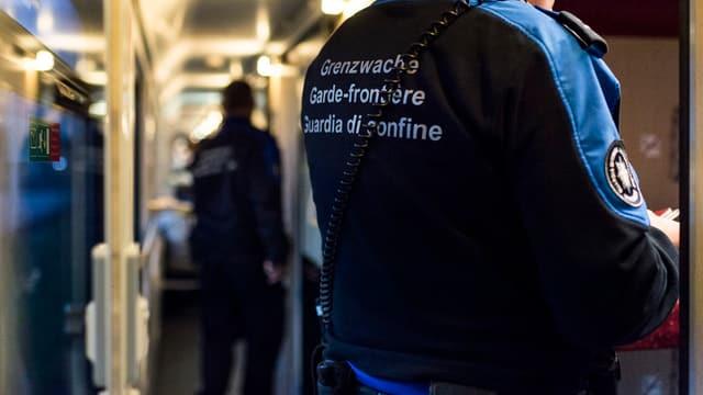 Guardian da cunfin durant ina controlla en in tren.