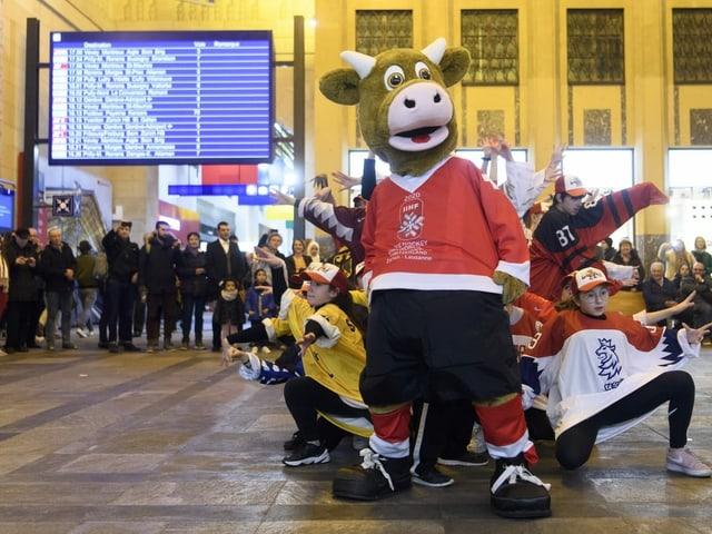 «Cooly», das Maskottchen für die WM 2020 in der Schweiz, bringt die Leute am 3. Februar beim Bahnhof in Lausanne für den Event in Stimmung.