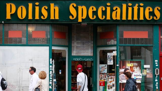 Symbolbild: Ein Laden in einer britischen Kleinstadt, angeschrieben mit «Polish Specialities».