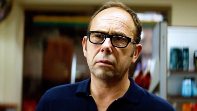 Ein Mann mit schwarzer Brille