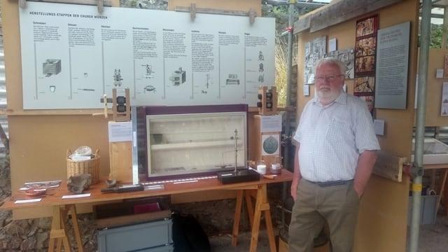 Werner Zaugg, expert da munaida, mussa la tecnica da producir munaidas d'avant 400 onns.