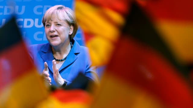 Angela Merkel applaudiert der CDU/CSU nach ihrem Wahlsieg.