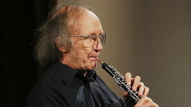 älterer Herr mit Brille und Oboe