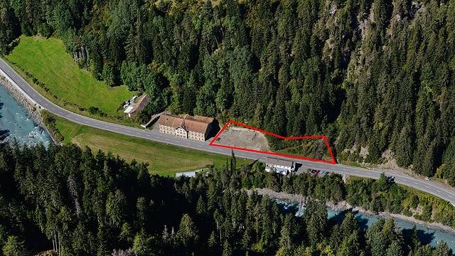La zona (marcaziun cotschna) vegn engrondida per radund 987 meters quadrat.