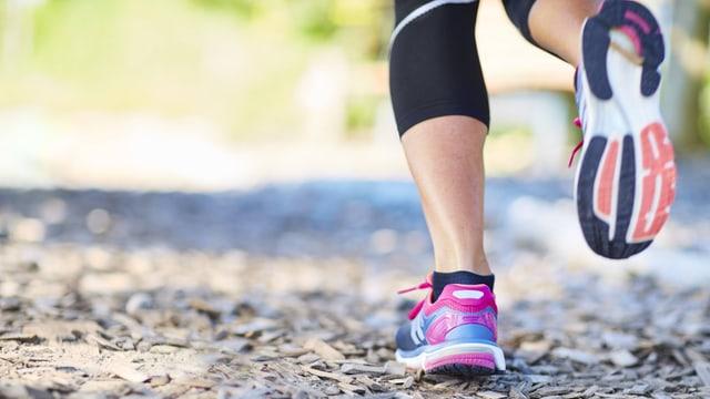 Beine einer Läuferin, von hinten aufgenommen