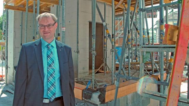 Michael Lerch vor Baustelle