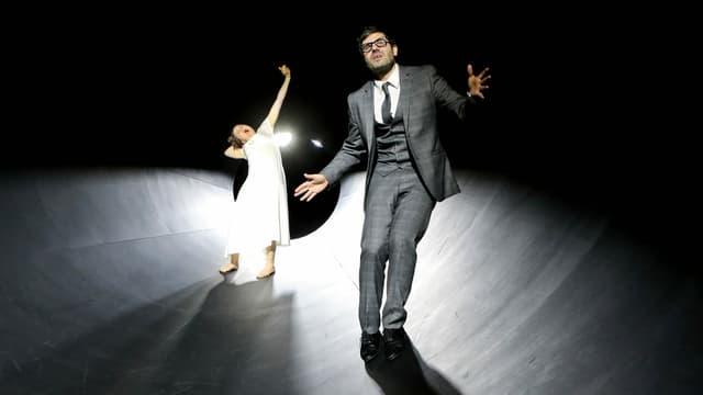 Thiemo Strutzenberger und Barbara Horvath auf einer beleuchteten Bühne.