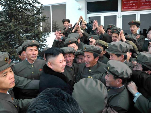 Kim Jong Un inmitten freudiger Uniformierter.