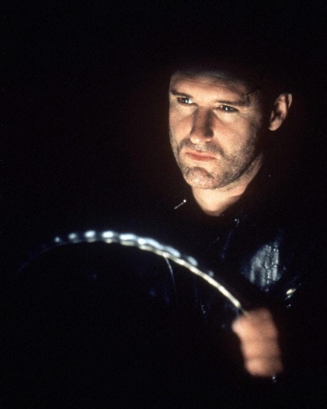 Fred sitzt im Dunkeln hinter dem Steuer seines Wagens.