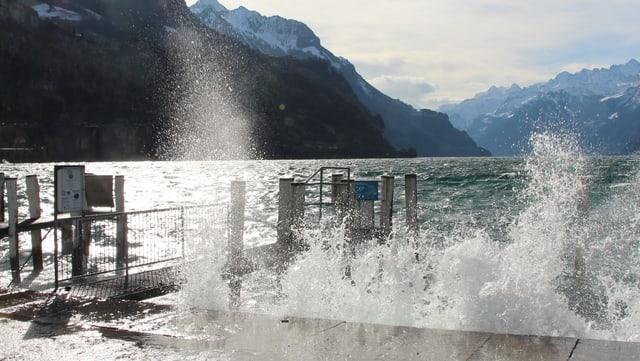 Wellen kommen über das Ufer.