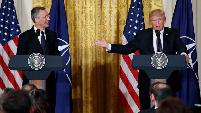 Jens Stoltenberg e Donald Trump a la conferenza da medias.