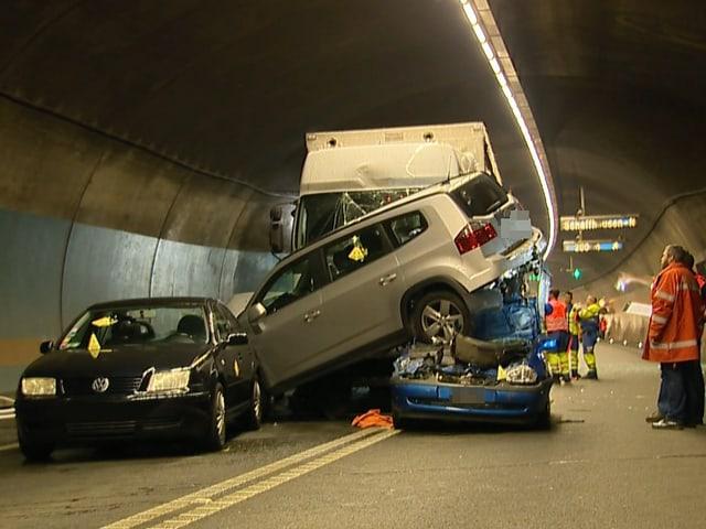 Verkeilte und aufeinander stehende Personenfahrzeuge. Im Hintergrund der Lastwagen.